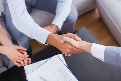 Salesman shaking hands Smaller
